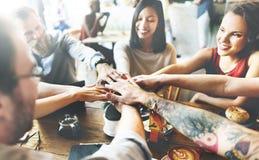 队遇见合作概念的团结朋友 免版税库存照片