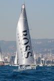 队雨果上司 小船和巴塞罗那市背景 巴塞罗那世界种族 库存照片