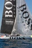 队雨果上司 小船和巴塞罗那市背景 巴塞罗那世界种族 免版税库存图片