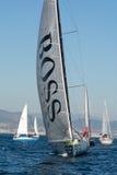 队雨果上司 小船和巴塞罗那市背景 巴塞罗那世界种族 免版税图库摄影