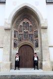 仪仗队领巾军团的在圣马克教会的南门户的在萨格勒布 库存图片