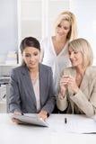 队:妇女成功的企业队在办公室谈话 免版税库存照片
