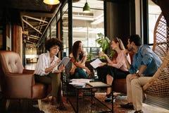 队年轻专家有讨论在办公室 免版税图库摄影