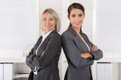 队画象:擅于的成功的女商人处理 免版税库存照片