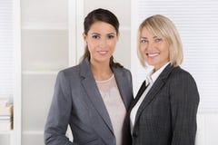 队画象:擅于的成功的女商人处理 免版税库存图片