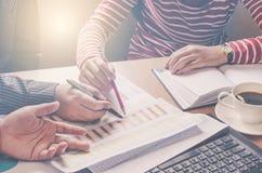 队businessmans工作 与膝上型计算机一起使用在露天场所办公室 过程中会议的报告 太阳强光作用 免版税库存图片