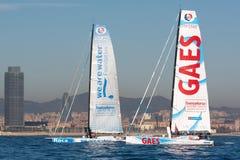 队Gaes和队我们是水 小船和巴塞罗那市背景 巴塞罗那世界种族 图库摄影
