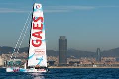队Gaes 小船和巴塞罗那市背景 巴塞罗那世界种族 免版税库存图片