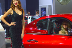 从队Maserati的少妇的 Gran Turismo 红色汽车神色莫斯科国际汽车沙龙保险费 图库摄影