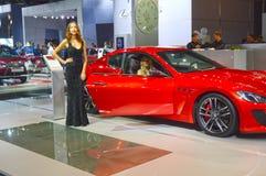 从队Maserati的少妇 Gran Turismo 红色汽车莫斯科国际汽车沙龙亮光 免版税图库摄影