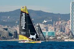 队Neutrogena和队雨果上司 小船和巴塞罗那市背景 巴塞罗那世界种族 免版税库存图片