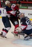 队Slovan (布拉索夫)和Donbass (顿涅茨克)的冰球球员 免版税库存照片