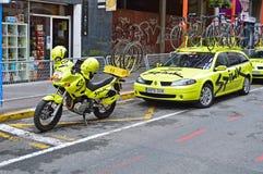 队Spiuk摩托车和自行车在队汽车在阿利坎特狭窄的街道  库存照片