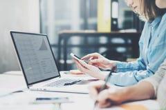 队succes 照片年轻企业乘员组与新的起始的项目一起使用 在木桌上的笔记本 分析计划手,键盘 B 图库摄影