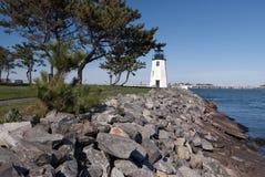 防堤保护纽波特灯塔 免版税库存照片