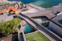 防堤在卡斯特罗-乌尔迪亚莱斯 免版税库存照片