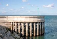 防堤在Greystones小游艇船坞港口 库存图片