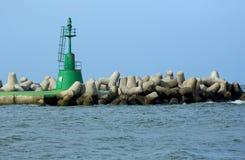 防堤绿色信号光在港口的嘴的 免版税库存照片