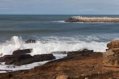 防堤atAtlantic海岸, Ericeira,葡萄牙 免版税图库摄影