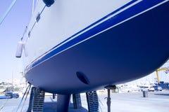 防塞靠岸的蓝色小船船身风船 库存图片