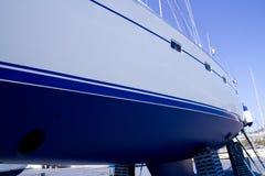 防塞靠岸的蓝色小船船身风船 免版税库存图片