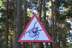 防备仔细标志—夹子在森林里 免版税库存照片