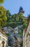 防御与钟楼,格拉茨,奥地利的山 免版税库存图片