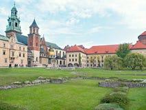 防御历史记录克拉科夫中世纪纪念波兰wawel 庭院 库存照片