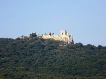 防御在小山和落叶林在这座城堡下 免版税库存照片