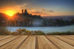 防御在风景与木板条地板的冬天日出 免版税库存图片