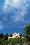 防御在巴伐利亚和美丽的蓝天的Hohenschwangau 库存照片