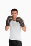 防御地位的拳击手 免版税图库摄影