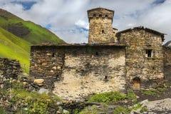 防御塔和石房子在村庄Ushguli,上部Svaneti,乔治亚 库存图片
