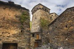 防御塔和石房子在村庄Ushguli,上部Svaneti,乔治亚 图库摄影