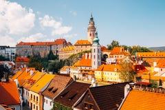 防御塔和老大厦在捷克克鲁姆洛夫,捷克语 免版税库存图片