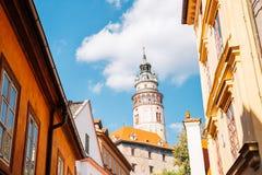 防御塔和老大厦在捷克克鲁姆洛夫,捷克语 免版税库存照片