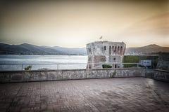 防御塔在费拉约港在厄尔巴岛海岛 库存照片