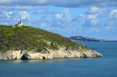 防御塔废墟在海岸的 库存图片