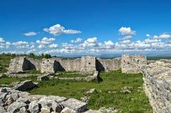 防御墙壁和塔遗骸在Bribir堡垒,达尔马提亚 免版税图库摄影