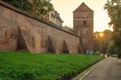 防御墙壁(托伦,波兰)在日出 免版税库存图片