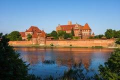 防御庭院欧洲玻璃哥特式最巨大的malbork波兰被弄脏的视图 免版税库存照片