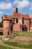 防御庭院欧洲玻璃哥特式最巨大的malbork波兰被弄脏的视图 库存图片