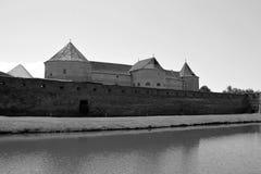 防御水道 老中世纪堡垒在城市Fagaras,特兰西瓦尼亚 免版税库存照片