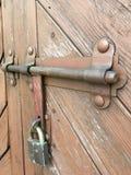 防御的老木门 免版税库存照片