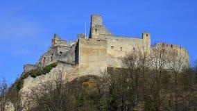 防御Beckov,中央斯洛伐克,从主要通路,可看见最高的哥特式城堡的主楼的塔的看法 库存图片