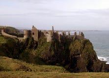 防御dunluce爱尔兰废墟 库存图片