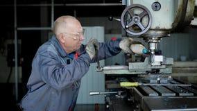 防护一致的钻井的老老练的工厂工人每金属在特别机器的 股票视频