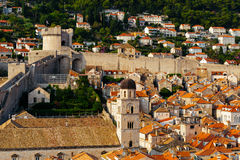 防护城市墙壁、Minceta塔和方济会修士修道院和博物馆在杜布罗夫尼克,克罗地亚 免版税库存照片