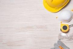 工地工作安全 防护安全帽、手套、玻璃和面具在木背景, 库存图片