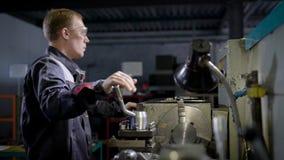 防护成套装备和玻璃工作的年轻专业工厂劳工在特别机械 影视素材